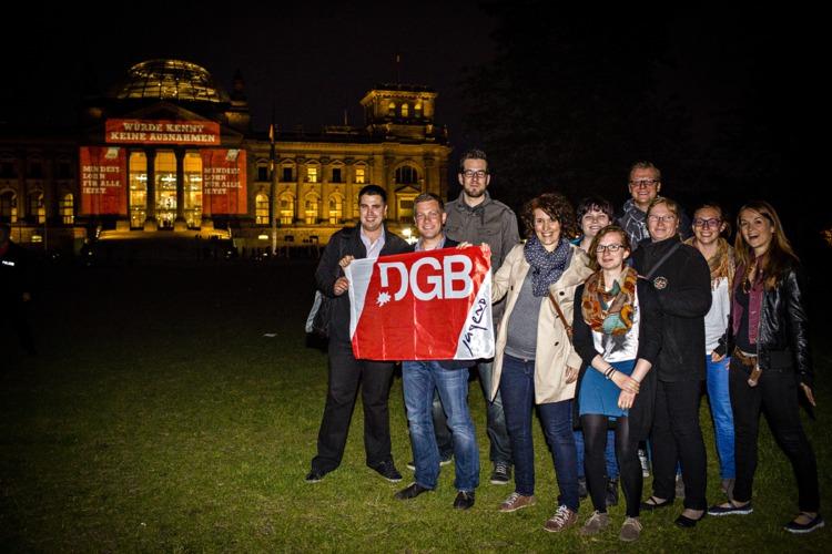 Licht-Aktion zum Mindestlohn, Pressefoto vor dem angestrahlten Reichstag