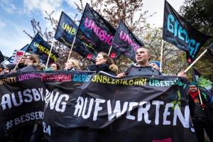 Junge Gewerkschaftsaktive mit Transparenten und Fahnen im Kampagnen-Design zu #besserunbequem