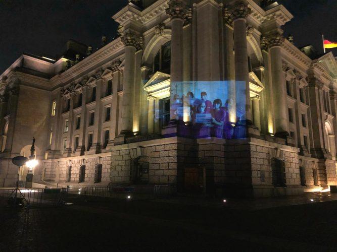 Beamer-Projektion am Reichstag für das Gesundheitspersonal in der Corona-Krise